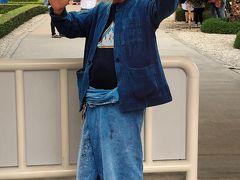 2日目はまずワット ロンクンへ、オーナーでありアーティストのチャルーンチャイ コーシピパットさんがお出迎えです。