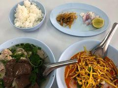 市内に戻り、遅い目の昼食です。カオソーイで有名なポーチャイでカオソーイとガオラオを食べました。チェンライでの昼食はここに限ります。
