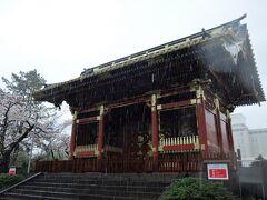 有章院霊廟二天門。 有章院は江戸幕府の第7代将軍、徳川家継の院号です。 霊廟は徳川吉宗が享保2(1717)年に建立したもので、日光の東照宮に劣らぬと言われるほどの豪華なものでしたが、戦災で、この二天門を残して焼失しました