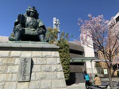 ということで、街歩き再開です。 こちらは、甲府駅南口にある「武田信玄」像。有名ですね。