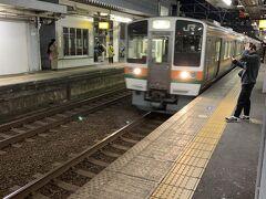 富士駅で身延線から東海道線へと乗り換えです。 しかし、身延線は長かったです。富士宮の市街地が見えたときには少し感動しました。そのぐらい、真っ暗な中を走りました。