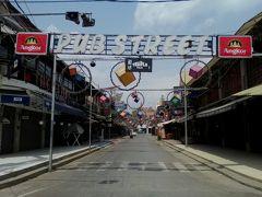 昼間のパブストリート。 2~3店は営業してましたが客はほぼおらず…。
