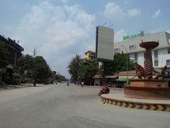 オールドマーケット近くのナーガ像からシヴァタ通りを望む。