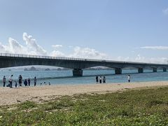 古宇利島に到着いたしました。古宇利島のビーチより撮影。沖縄らしい透き通った海です。水温はちょっと冷たいけど、頑張れば泳げそうです。しかし、沖縄の海開きは3月です。