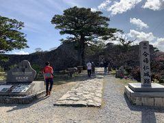 今帰仁城跡にやってきました。今帰仁城は2000年に「琉球王国のグスク及び関連遺産群」の一つとして世界遺跡リストとして登録された場所です。 今帰仁城は三山定立時代の北山にあたり、中山や南山とは違って、山があって、石垣があるので、かなり難攻不落だったようです。15世紀初頭まで隆盛を極めますが、1416年に中山の尚巴志の連合軍に滅ぼされてしまいました。