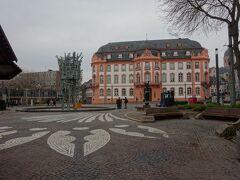 駅から歩いてザンクトシュテファン教会に向かう途中にシラー広場があります。