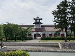 「新潟市歴史博物館(みなとぴあ)」までやってきました。こちらは、旧新潟税関庁舎でして、1869年にできた古い建物です。五港開港当時の税関庁舎としては現存する唯一のもので、洋風をまねて表現しようとした「擬洋風建築」の建物です。