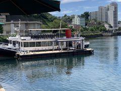 これ以降、しばらくは「横須賀軍港巡り」で見たものが続きます。  ますは、今回「横須賀軍港巡り」で乗船した船。二階建てで、二階部分はオープン。一階でも十分に楽しめますが、ディスプレイに向かって右側がお勧め。アメリカ側が見えるので、海上自衛隊基地は、帰りにも見れますので。  また、写真では、わかりにくいのですが、船の二階部分の右側にワンピースのキャラがいました。また、乗り場近くの歩道橋に「ヨコスカはオレのナワバリにする」という横断幕があって面白かったです。