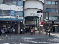 一気に飛んで、JR横須賀中央駅近くまでやってきました。写真は、「三笠ビル商店街」で、地階は商店街ですが、上は何でしょうか?