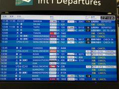 午後のセントレアT1は中国便が多いので、欠航の文字ばかり。  前日の2月19日までは、韓国でのコロナウィルス感染者は51人で死者はゼロ。 日本もほぼ差はなく、心配しつつも空港に行きました。