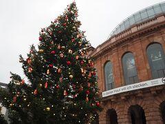 劇場前にある大きなクリスマスツリーがきれいでした。 反対側にあるマクドナルドで休憩。ドイツではなかなかトイレを見つけることが難しいので、帰りにもこちらに寄りました。