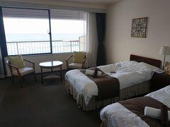 ●磯原シーサイドホテル@磯原海岸  本日の部屋です。 オーシャンビュー。 しかも、窓を閉めてても、ザブン、ザブンと波の音が聞こえるし…(笑)。