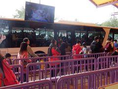 ここから専用バスに乗ってアジア最大の動物園に向かいます。