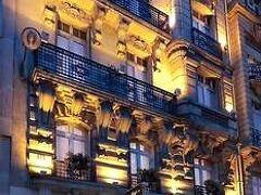 ホテルは凱旋門からほど近く(バス停から徒歩1分ちょっと)の好立地にある ホテルセシリア