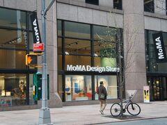 【MOMAデザインストア】 ミュージアムショップへ。