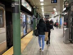 コロンバスサークルの地下鉄駅は地下道になっています。 ターンスタイルという、駅地下みたいなとこで、構内ではないので切符などはいりません。   ちょっと小腹が空いたので台湾のギョーザのテイクアウトのお店でダンプリング12個入りを買いました。スチームドとフライにしたのですが、フライが美味しかったです。
