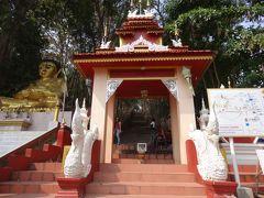 この長い階段を上っていくとサソリの銅像で有名なタイ最北の寺院があります。