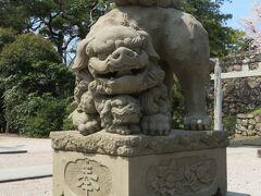 二の丸にある松江神社。 入り口にいるのは、この動物です。 右は口を開けた獅子(阿/あ)。