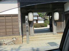 車窓からチラリと見えた武家屋敷。