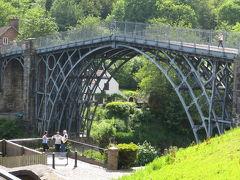 産業遺産の礎とも言える、 世界初の鉄橋アイアンブリッジです。 200年以上前にこれほどの造形美の鉄橋が作られたとは驚きです!   美しい18世紀の建物が残る街並みと周囲の新緑に溶け込むクラシカルなデザイン。 まさに古き良きビクトリア時代が体感できる場所。 アクセス悪かったけど、わざわざ来て良かった♪