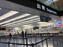出発の朝、羽田空港のゲートです。 2月のLA行の時もかなり空いていましたが、この頃になると空港はガラガラ。 雰囲気もどよーんと重たいです。