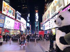 ホテルに帰る前にタイムズスクエアへ寄ってみました。 夜中だけど結構人がいて賑やかでした。