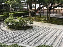 五条坂からバスに乗り銀閣寺へ向かいます。 銀閣寺の銀沙灘です。