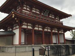 奈良駅近くで昼食をとってから、平城宮跡へ行って見ました。色々な施設を作っている最中の様で所々工事中でした。 朱雀門です。
