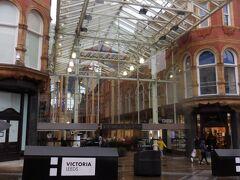 入口に VICTORIA LEEDS の文字。ここです!「欧州鉄道の旅 セトル・カーライル鉄道」で紹介された美しいアーケードは。