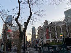 天気がよかったので、7時過ぎでもこんな感じ。気温も下がり人も居なくなったリンカーンセンター。 この日を最後に夜の外出禁止がでたそうです。