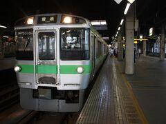 札幌駅。 6時25分、小樽から45分ほどで札幌に着きました。 途中、南小樽からフェリー乗船客と思しき人たちが乗車しましたが、6両編成、日曜日ということもあり、車内はがらがらのままでした。