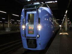 札幌駅。 6時49分、ようやく「スーパーおおぞら1号」が入線してきました。