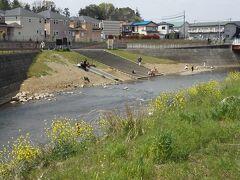 この辺の境川で唯一、河原に下りられる場所にも子供達。夏になると子供は平気で首まで浸かっているけど、まだ早いよね。