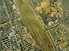 再開発が進む前は、大宮操車場が、殆どの敷地を使って、業務をやっていたようです。  操車場の東側にも、広い空き地が見られます。