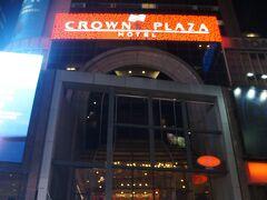 【クラウンプラザ タイムズスクエア】 2Fがフロントです。 ギラギラ感はラスベガスのよう。