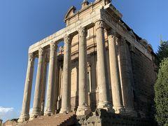 丘を降りて、アントニヌスとファウスティーナの神殿。