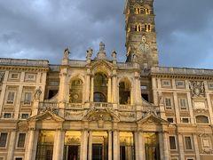 日が暮れて、小雨が降ってきたのでホテルに帰ります。 教会がライトアップされて、とても綺麗でした。