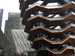 初めてのVessel @Hudson Yards、要予約(無料)です。 想像より大きくて、上まで登るだけで達成感。 何なのか不明ですが、よくわからないものをこの規模で作るあたりがニューヨークらしくて面白い。