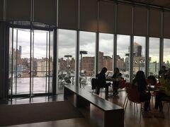 移転してから初めてのWhitney museum。 NYC Must See Weekで、一人分の入館料で二人入れます。 各フロアにテラスがある、オープンな作りの建物でした。暖かい季節は気持ちがいいだろうなあ!