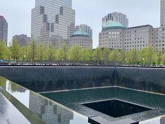 【 Ground ZERO 】  この場で、2763人の死者が出ました。 その内訳は、民間人が2192人、消防士が343人、警察官が71人、ハイジャックされた旅客機の乗員・乗客が147人、ハイジャック犯のテロリストが10人となっている。(Wikipediaより)  2つのPool周囲には、2001年9月11日及び1993年2月26日のテロ爆破事件で犠牲になった総計2,983人の名前が刻まれています。 感慨深い…