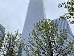 再びバスに乗り込み、向かったのは、9.11の惨事があった貿易センタービル跡地。  【 One World Trade Center :1WTC 】  2001年9月11日のアメリカ同時多発テロ事件で崩壊した世界貿易センタービル跡地(グラウンド・ゼロ)に建てられ、2014年11月3日に開業。 104階建ての1WTC は、世界第6位の高さを記録。 100-102階は展望台になっているようです。