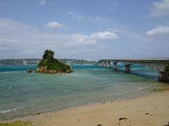 屋我地島と古宇利島との間を結ぶ「古宇利大橋」。  屋我地島側の橋の袂から見ると、エメラルド色の海と長い橋との構図が絵になります。