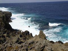 そして岬の先端へ。 断崖から見おろすと波が岩を砕く迫力ある光景。