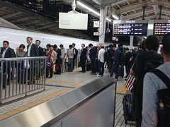 終業後、東京駅へ。デパ地下の寿司岩で夕食を購入して、家族3人で18:10の新幹線に乗り込みます。