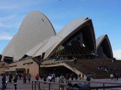 フェリーを降り、歩いてオペラハウスにやってきました。 世界遺産にも登録され、シドニーのシンボルとも言えるオペラハウス。 ヨットの帆をイメージして造られた斬新なデザインで柱が1本もなく、105万6000枚もの白いタイルが張り巡らされているとか。