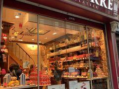 グランプラスに至る道には、たくさんのチョコレート屋さんが。