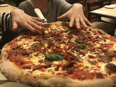 ピザはかなりのビッグサイズ!さすがニューヨーク! 隣の席の人が食べていたのがLサイズと思いLを頼んだら、隣の席のはまさかのMサイズ。