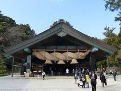 さらに西側に位置する神楽殿にもお参りします。  拝殿の注連縄も凄いですが、こちらの大注連縄は、長さ約13m、重さ5.2tと桁違いの大きさ&大迫力です!