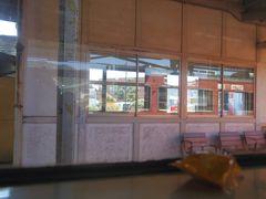 周防高森駅に停車中です。簡易委託駅だそうで、今日は日曜で無人です。