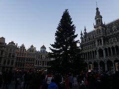 中央の広場にクリスマスツリーがありました。